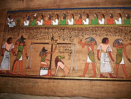 Anubis testant le passage vers l'au-delà du défunt grâce à une balance sur laquelle la plume de maât et le coeur sont pesés