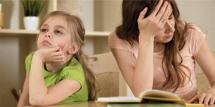 enfant et maman faisant les devoirs
